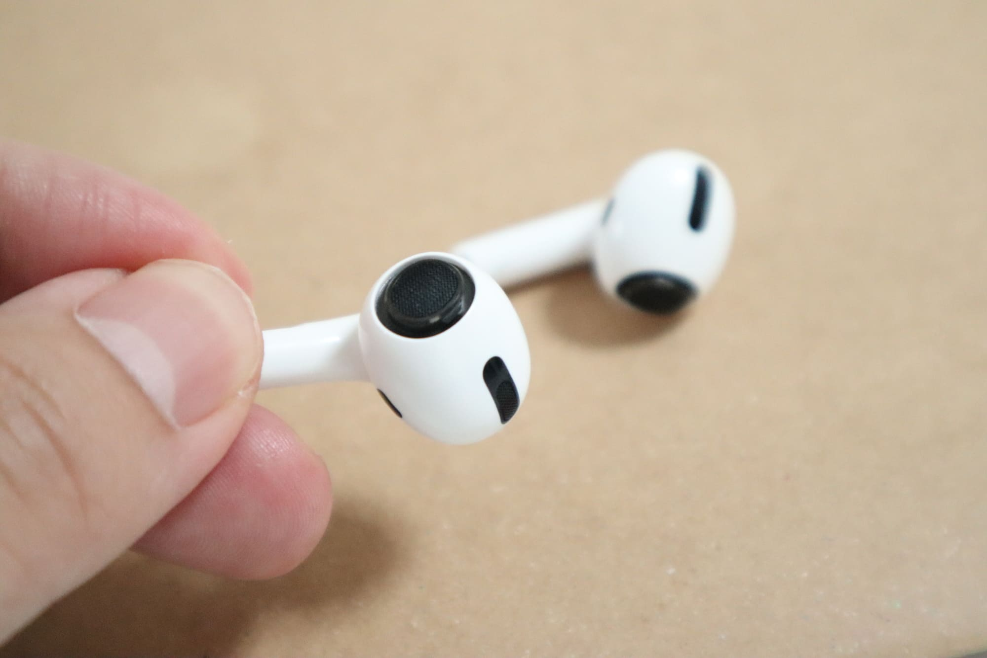 AirPods Proをつまむ