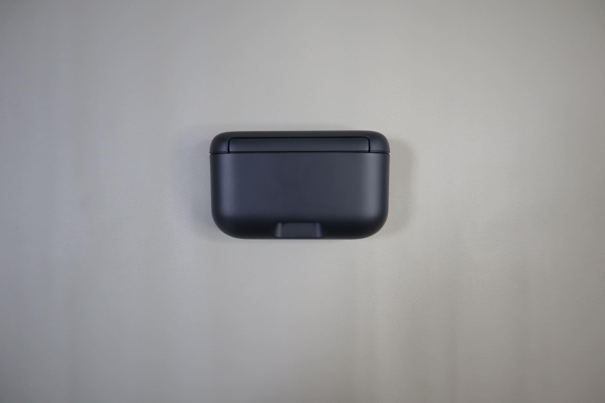 WF-H800の充電ケース正面