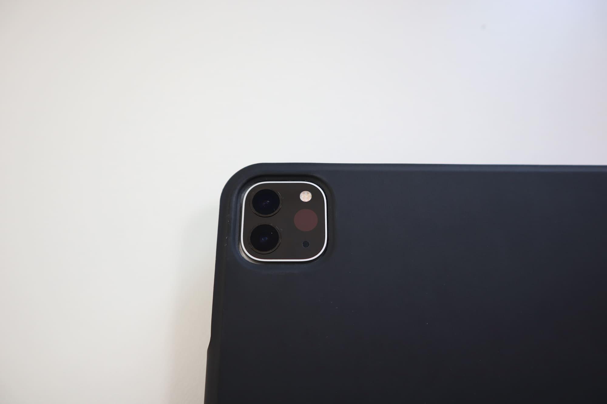 ESRのiPad Pro用ケースのカメラ部分