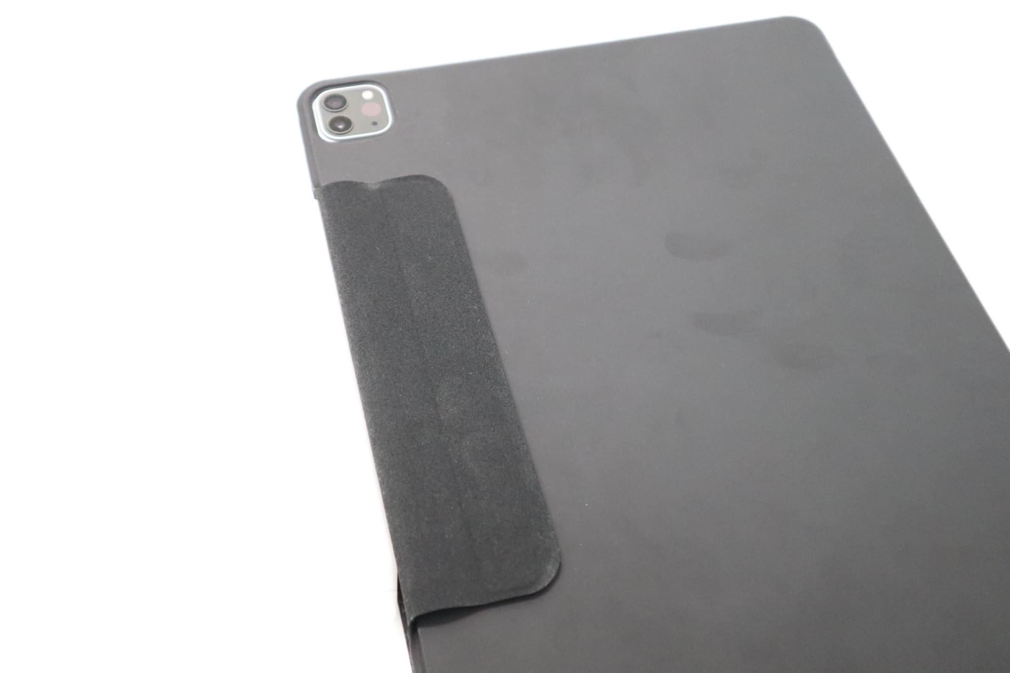 ESRのiPad Pro用ケースのApple Pencil保護部を背面に吸着