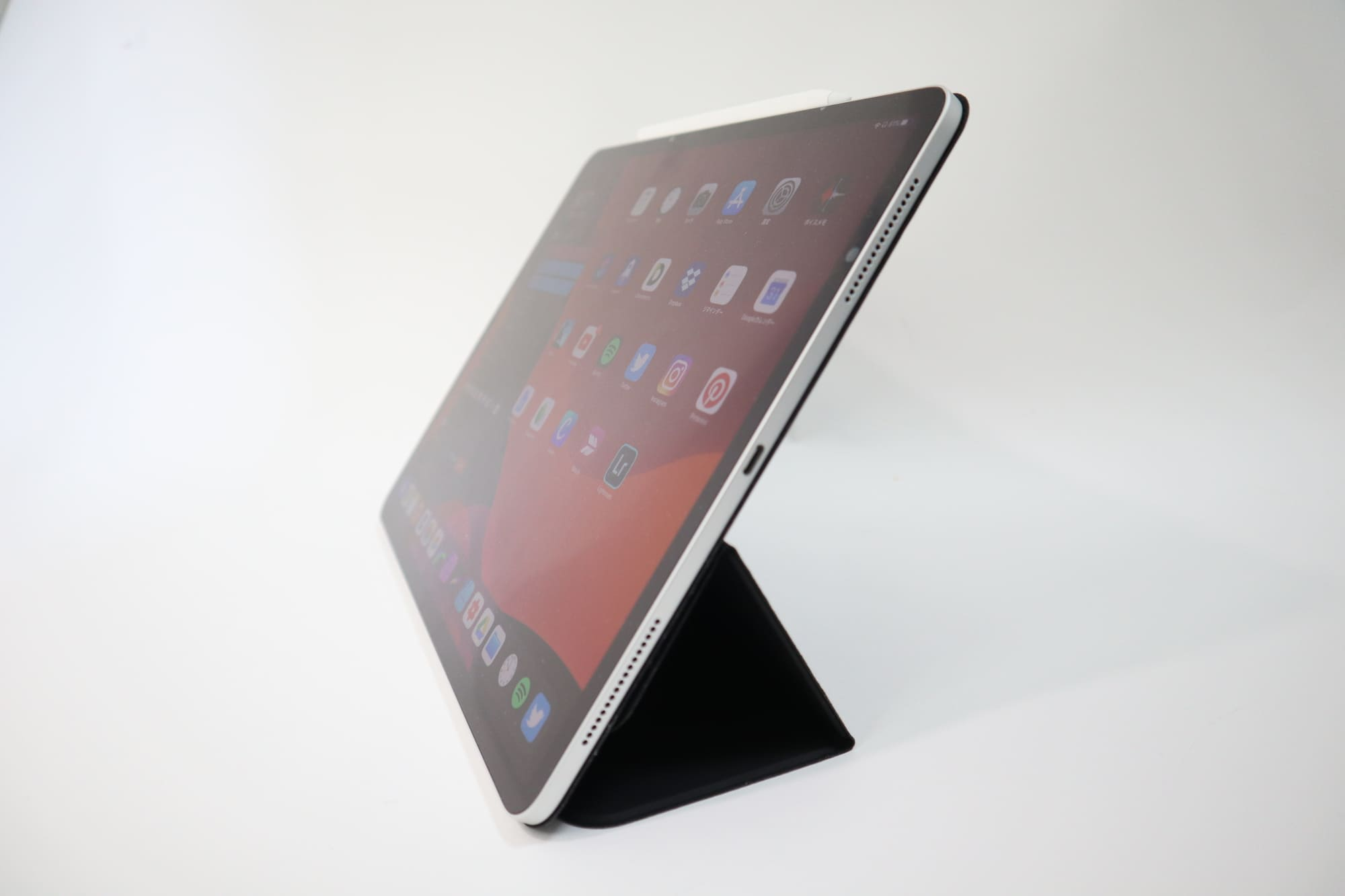 ESRのiPad Pro用ケースを65°に立てる
