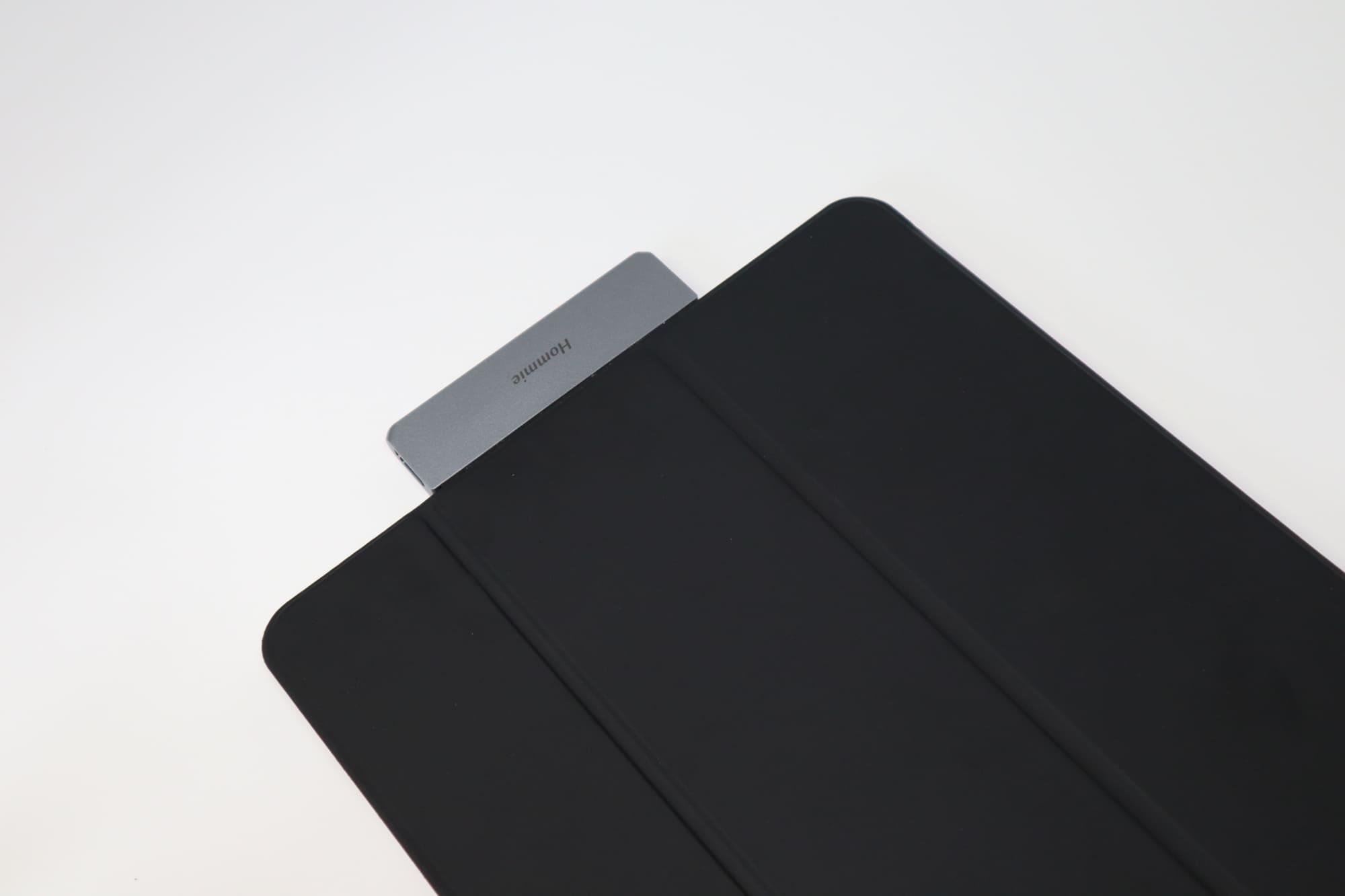 カバーとHommie Type-C モバイル ハブ ドッキングステーションをつけたiPad