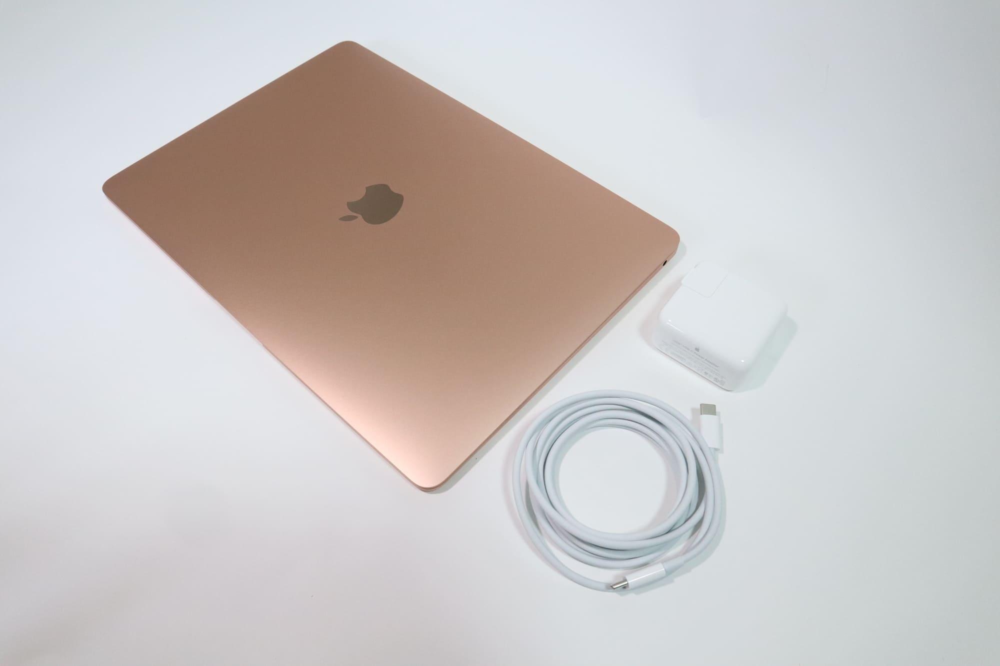 MacBook Air 2020ゴールドと付属品